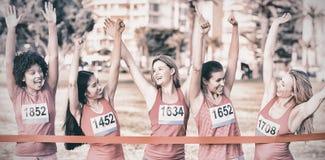 Femmes encourageantes soutenant le marathon de cancer du sein photo libre de droits