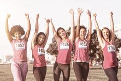 Femmes encourageantes soutenant le marathon de cancer du sein photos libres de droits