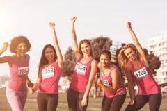 Femmes encourageantes soutenant le marathon de cancer du sein images stock