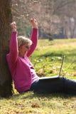 Femmes encourageants regardant l'ordinateur portatif Images stock