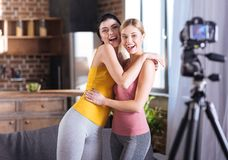 Femmes enthousiastes heureuses s'étreignant Photo libre de droits