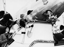 Femmes envoyant outre de l'avion d'embarquement d'ami (toutes les personnes représentées ne sont pas plus long vivantes et aucun  Photos stock