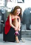 Femmes essayant sur les chaussures courantes neuves Images stock