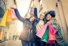 Femmes et achats Photos libres de droits