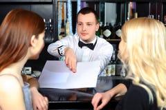 Femmes et barman par le compteur Photos libres de droits