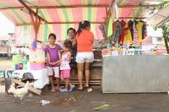 Femmes et enfants dans la petite boutique sur la berge Photographie stock libre de droits