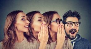 Femmes et homme partageant avec le bavardage Photo stock