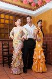 Femmes et homme pendant Feria de Abril sur April Spain Images stock