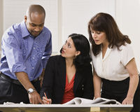 Femmes et homme travaillant dans le bureau Images libres de droits