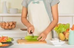 Femmes et nourriture dans la cuisine image libre de droits