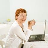 Femmes et ordinateur portable aînés Photographie stock libre de droits