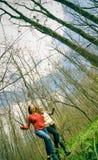 Femmes exécutant dans la forêt. Images libres de droits