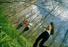 Femmes exécutant dans la forêt Images stock