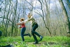 Femmes exécutant dans la forêt Photo libre de droits