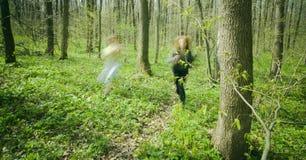 Femmes exécutant dans la forêt. Image stock