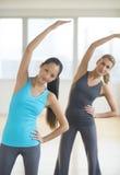 Femmes faisant étirant l'exercice au gymnase photographie stock