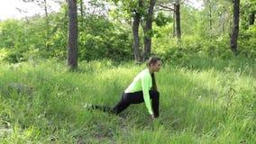 Femmes faisant étirant l'exercice dans la nature banque de vidéos