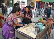 Femmes faisant cuire des tortillas Images stock