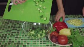Femmes faisant cuire la nourriture sur une cuisine et parlant la fin saine de nourriture vers le haut du tir banque de vidéos
