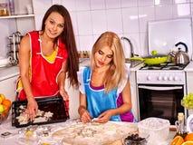 Femmes faisant cuire la pâte sur la cuisine à la maison Image libre de droits