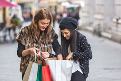 Femmes faisant des achats Photographie stock