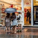 Femmes faisant des emplettes à Londres Photographie stock libre de droits