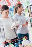 Femmes faisant des emplettes au supermarché Photos stock