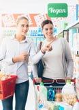 Femmes faisant des emplettes au supermarché Images stock