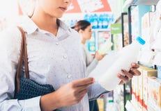 Femmes faisant des emplettes au supermarché image stock