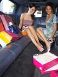Femmes faisant des emplettes dans la limousine Photo libre de droits