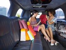 Femmes faisant des emplettes dans la limousine Images libres de droits