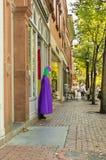 Femmes faisant des emplettes dans la rue de Salem Images libres de droits
