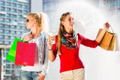 Femmes faisant des emplettes dans la ville avec des sacs Photo libre de droits