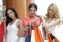 Femmes faisant des emplettes dans le mail Image stock