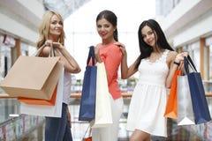 Femmes faisant des emplettes dans le mail Photos libres de droits