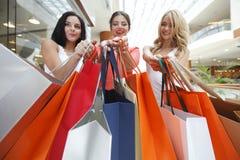Femmes faisant des emplettes dans le mail Photographie stock