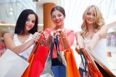 Femmes faisant des emplettes dans le mail Photo stock