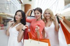 Femmes faisant des emplettes dans le mail Images libres de droits