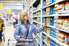 Femmes faisant des emplettes dans le supermarché photos libres de droits