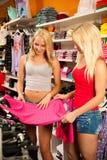 Femmes faisant des emplettes dans un magasin d'habillement Photos stock