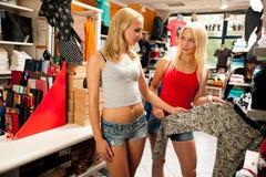 Femmes faisant des emplettes dans un magasin d'habillement Photo libre de droits