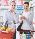 Femmes faisant des emplettes ensemble au supermarché Photographie stock