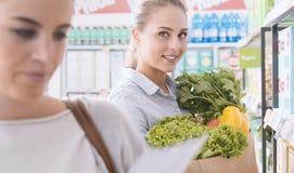 Femmes faisant des emplettes ensemble au supermarché Photographie stock libre de droits