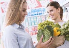 Femmes faisant des emplettes ensemble au supermarché Images stock