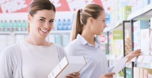Femmes faisant des emplettes ensemble au supermarché Image libre de droits