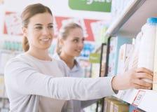 Femmes faisant des emplettes ensemble au supermarché Photos libres de droits