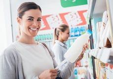 Femmes faisant des emplettes ensemble au supermarché Photos stock