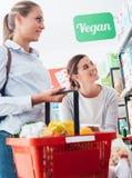 Femmes faisant des emplettes ensemble au supermarché Image stock