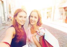 Femmes faisant des emplettes et prenant le selfie par le smartphone Photographie stock libre de droits