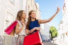 Femmes faisant des emplettes et prenant le selfie par le smartphone Images stock